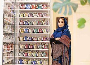 زن ایرانی با کلکسیونی از ۱۵۰۰ قوری