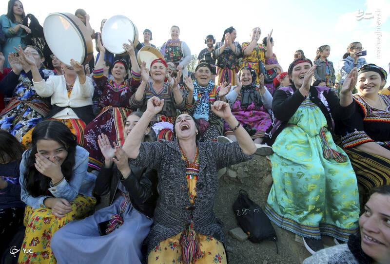 تشویق تماشاگران زن در یک مسابقه فوتبال در روستای ساحل، الجزایر