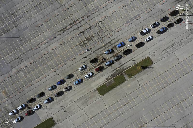 مردم با اتومبیل های خود منتظر آزمایش COVID-19 در پارکینگ Miller Park در Milwaukee، ویسکانسین