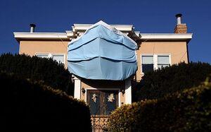 عکس/ ماسک غول پیکر بر نمای یک خانه