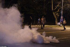 فیلم/ فرار پلیس آمریکا از دست معترضان!