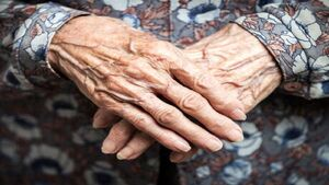 پیگیری روند درمان پیرزن جنوبی توسط نماینده مجلس