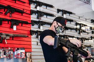 آمریکاییها از ترس بروز خشونت در روز انتخابات مشغول خرید اسلحه و دستمال توالت هستند