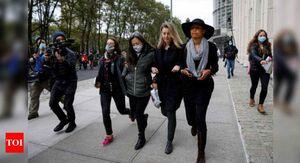 مراقب جدید دختران فرانسوی در خارج از خانه