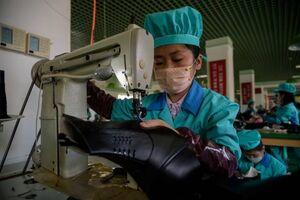 عکس/ کارخانه تولید کفش در کره شمالی