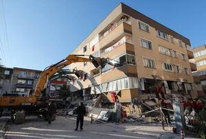 عکس/ نگه داشتن ساختمان با جرثقیل در ترکیه
