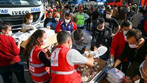 توزیع غذا در مناطق زلزله ازمیر