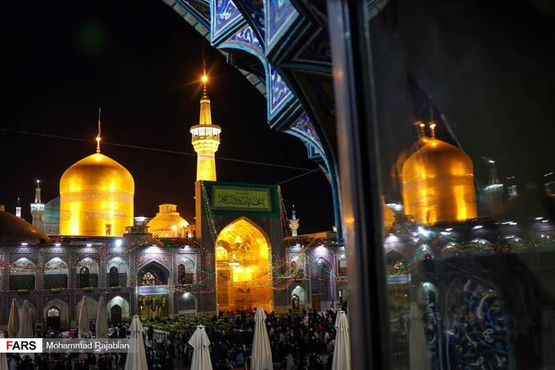 صحن انقلاب اسلامی حرم مطهر رضوی که با ریسه های نور اذین بندی شد
