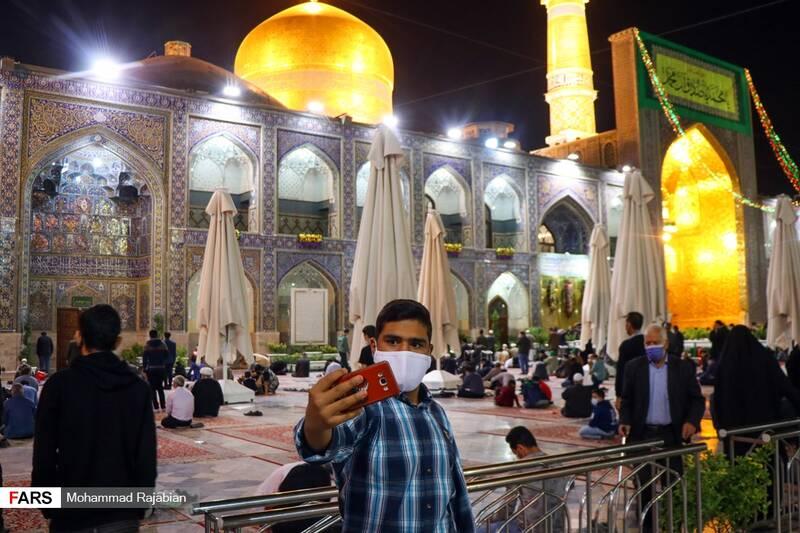 گرفتن عکس یادگاری در صحن انقلاب اسلامی حرم مطهر