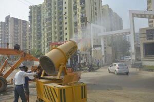 عکس/ کنترل آلودگی هوا با اسلحه ضد دود