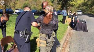 عکس/دستگیری یکی از طرفداران مسلح ترامپ در صندوق اخذ رای