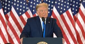 عکس/ اقدام عجیب ترامپ در سخنرانی کاخ سفید