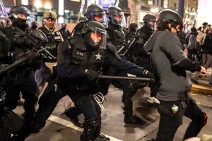 تزریق دموکراسی به مردم معترض آمریکا +عکس