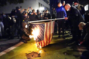 آتش زدن پرچم آمریکا در ایالت اورگان