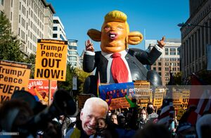 فیلم/تمسخر ترامپ مقابل  کاخ سفید