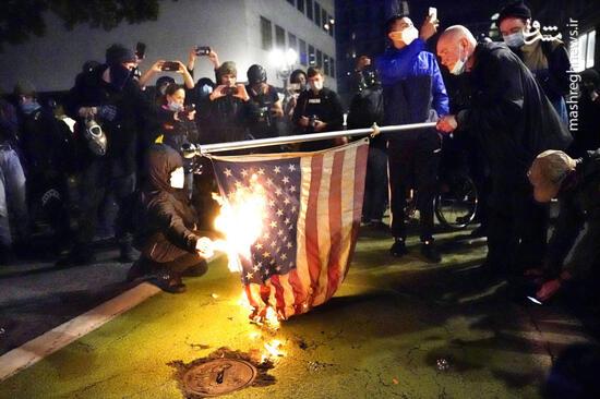 فیلم/ اعتراض به مراسم بایدن با آتش زدن پرچم آمریکا