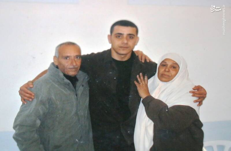 «عبدالرئوف قعدان» پیش از اسارت در کنار مادر و پدرش