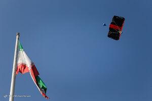 عکس/ پرش چتربازان از برج پرچم عباس آباد