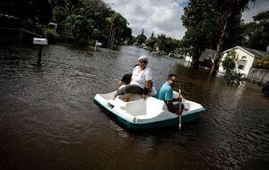 قایقرانی در سیلاب خیابان های فلوریدا