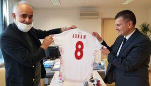 عکس/ هدیه نبی به فدراسیون فوتبال بوسنی