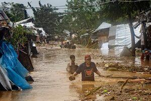 فرار مردم فیلیپین به پشت بامها