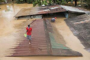عکس/ فرار مردم فیلیپین به پشت بامها