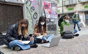 عکس/ کلاس درس دانش آموزان ایتالیایی در خیابان