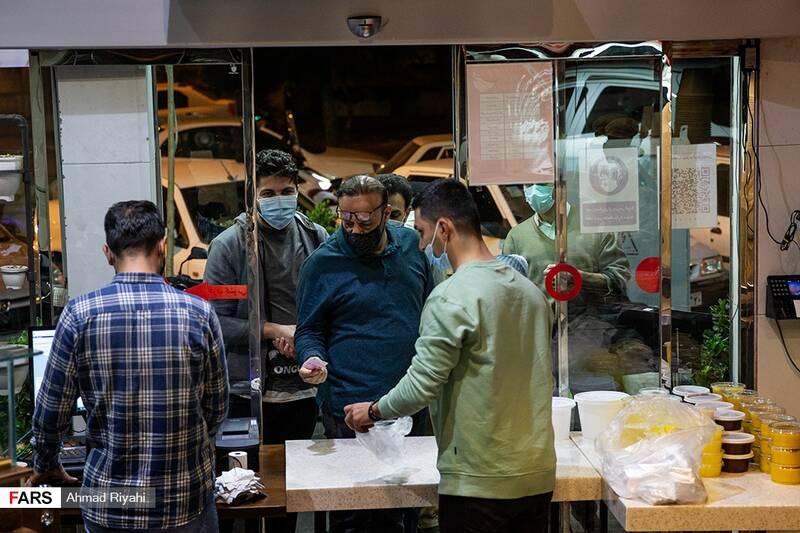 ارائه غذا به مشتریان در درب ورودی رستوران