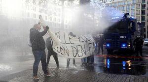 درگیری پلیس با مخالفان محدودیتهای کرونایی در انگلیس و آلمان +فیلم و عکس