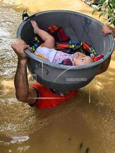 حمل جالب کودک در میان سیلاب
