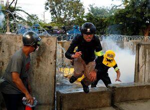 عکس/ درگیری معترضان با پلیس در تایلند