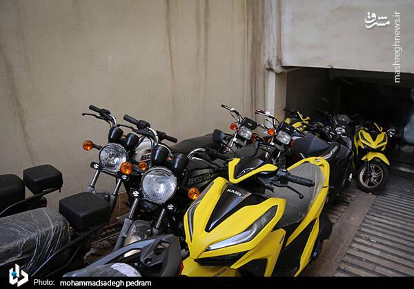 2982120 - عکس/ کشف انبار احتکار موتورسیکلت در تهران