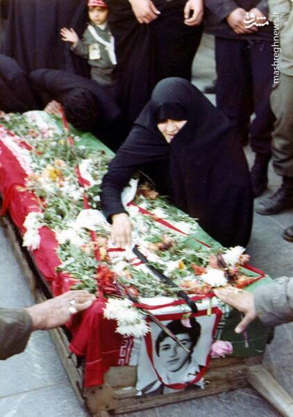 وداع مادر با پیکرشهید مجید شیخ زینالدین