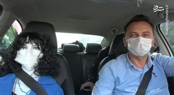 """راننده تاکسی در شهر """"دوزجه"""" ترکیه میگوید با گذاشتن این مانکن روی صندلی جلو تاکسی، دیگر مسافری قصد نشستن روی صندلی نمیکند و همه مسافرها عقب می نشینند"""