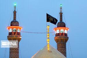 عکس/تعویض پرچم گنبد حضرت معصومه (س)