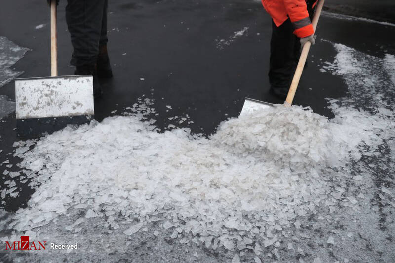 کارگران مشغول تمیز کردن خیابان های مسکو بعد از باران یخی