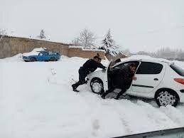 نجات جان بیش از ٢٠ نفر گرفتارشده در برف و کولاک
