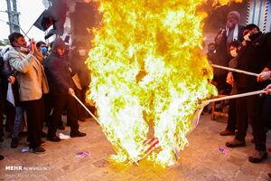 عکس/ آتش زدن پرچم آمریکا و اسرائیل در قم