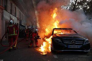 عکس/ آتش زدن خودروی بنز در تظاهرات