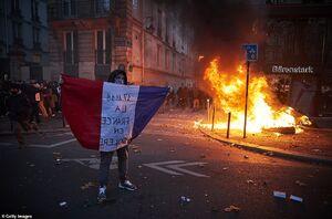 عکس/ پاریس به آتش کشیده شد