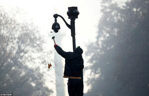 عکس/ شکستن دوربینهای امنیتی در پاریس