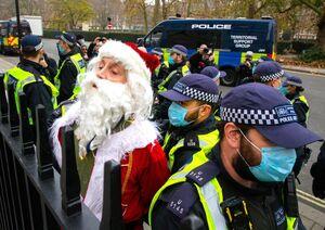 عکس/ بابانوئل دستگیر شد