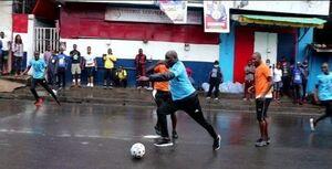 عکس/ فوتبال بازی کردن رئیس جمهور در خیابان