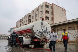 عکس/امدادرسانی به مردم آسیبدیده از باران در اهواز