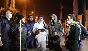 عکس/ امام جمعه اهواز با چکمه در خیابانهای آب گرفته