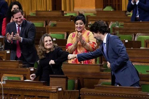 دست دادن متفاوت نخست وزیر کانادا با وزیر اقتصاد در پارلمان