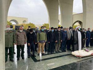 عکس/ اقامه نماز بر پیکر شهید سردار استوار