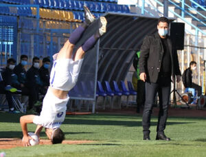 تارتار در حال تماشای فوتبال دستی +عکس