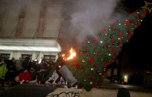 عکس/ سوزاندن درخت کریسمس در آلبانی