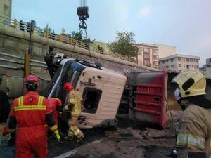 واژگونی یک دستگاه تریلر در بزرگراه امام علی